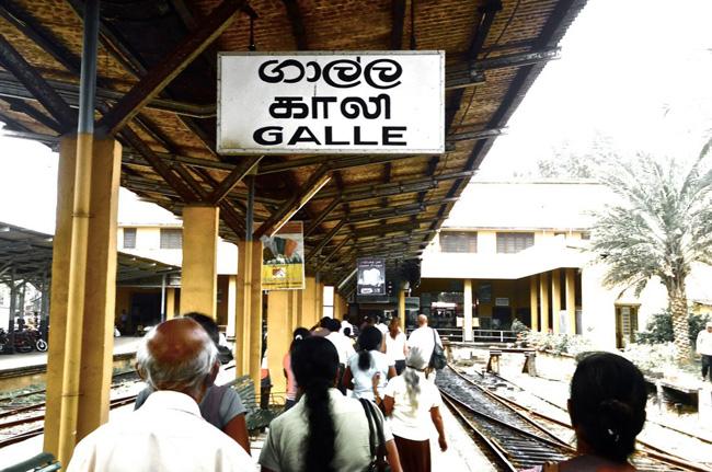Estación de Galle. Podemos leerlo en cingalés, tamil e inglés